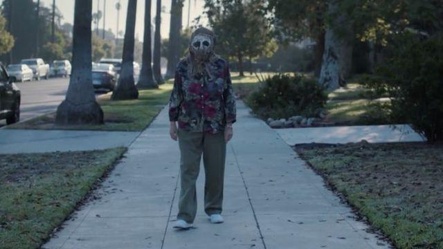 femme marchant avec un masque sur le visage
