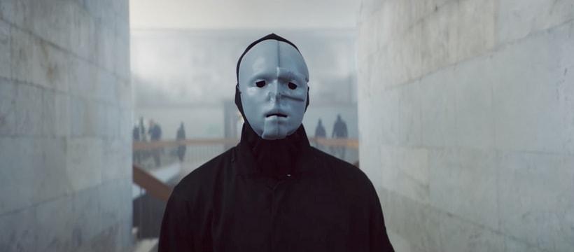 Homme masqué dans la publicité Oxfam