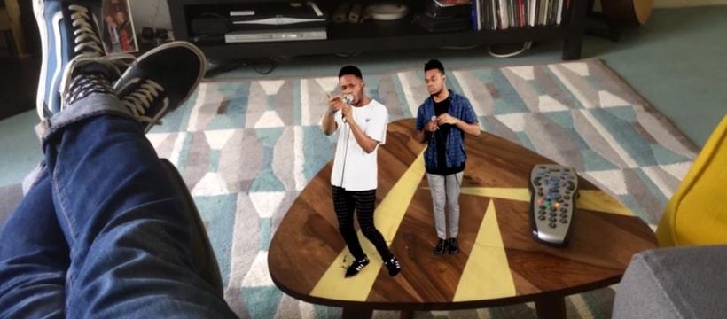 Deux chanteurs sur une table basse avec l'application Firstage