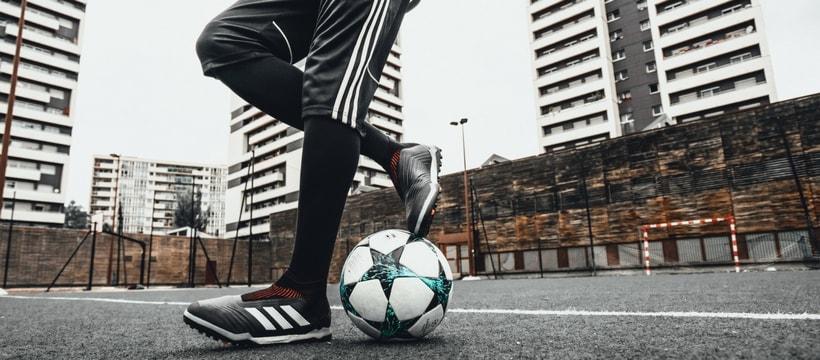 adidas predator en gros plan et ballon de foot