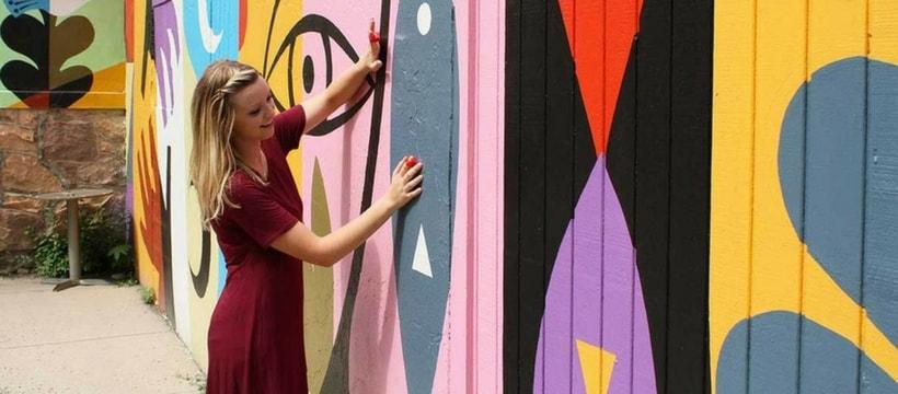 femme jouant de la musique sur un mur