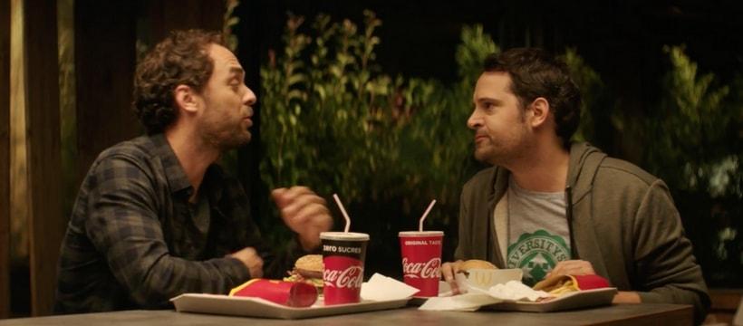 deux hommes qui discutent chez macdo