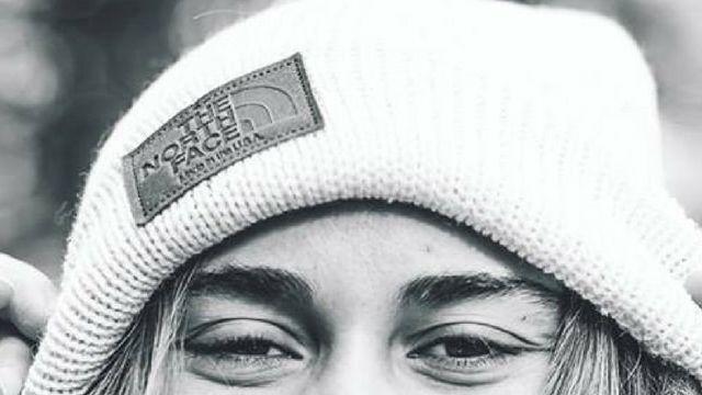 fille avec un bonnet the north face