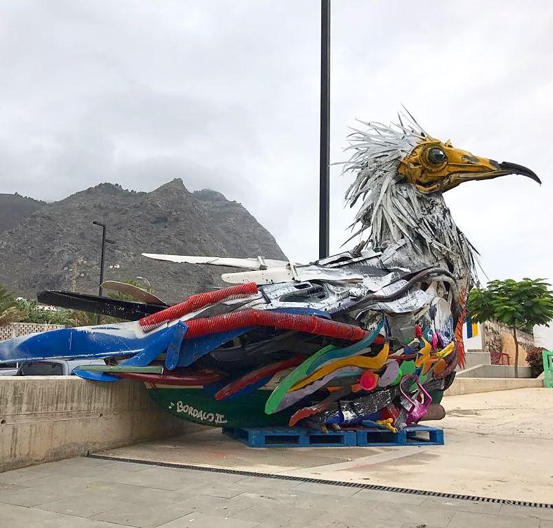 oiseau en dechet de plastique