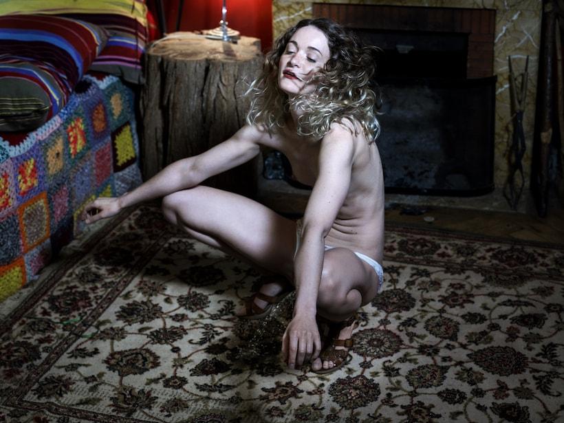 Une femme en train d'uriner des paillettes