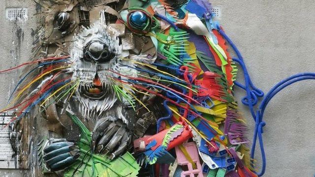 un castor geant cree a partir de dechets en plastique