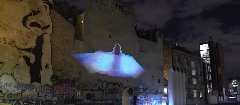 femme qui danse projetee sur un mur a pompidou