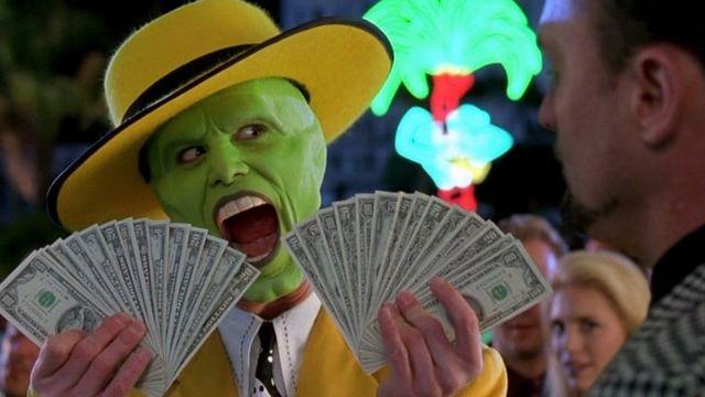 The Mask qui tient des liasses de billets