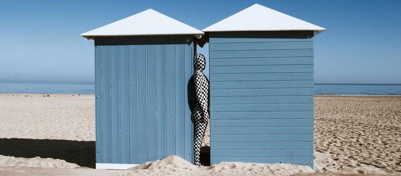 homme en juste au corps sur une plage