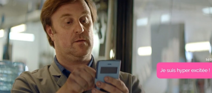 employeur qui regarde son telephone