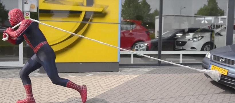 spiderman tractant une voiture opel