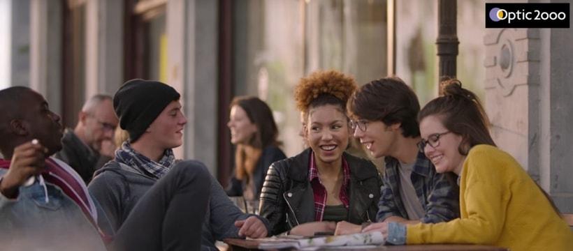 jeunes assis a une table