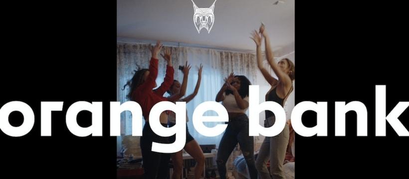 filles qui dansent dans un salon