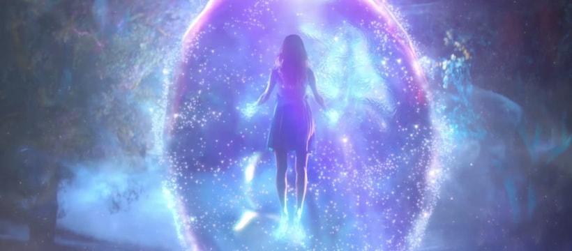 femme flottant dans une bulle geante