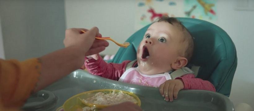 Un bébé que l'on nourrit