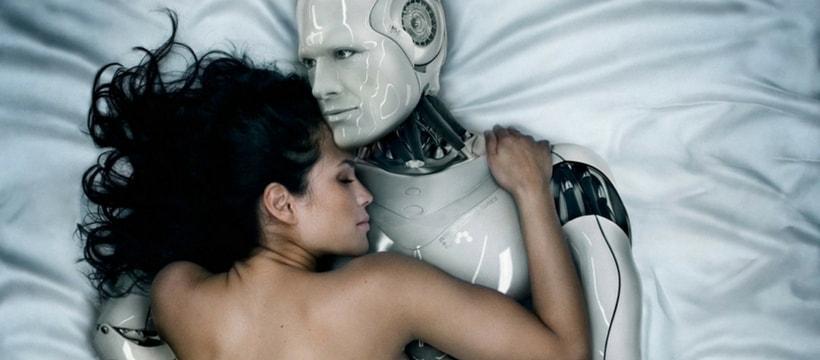 Une femme au lit avec un robot