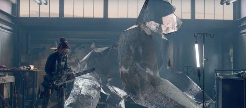 femme qui construit un chien en glace