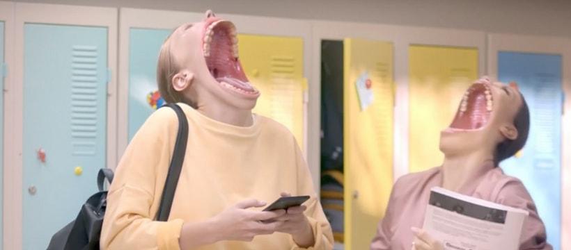 deux filles rigolent