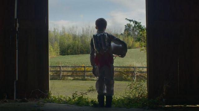 Un petit garçon déguisé en cosmonaute dans un film réalisé par Stash Capar pour SpaceX
