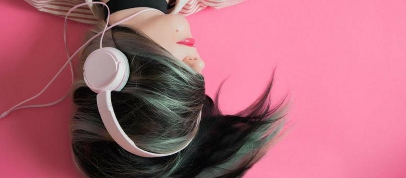 femme qui ecoute de la musique