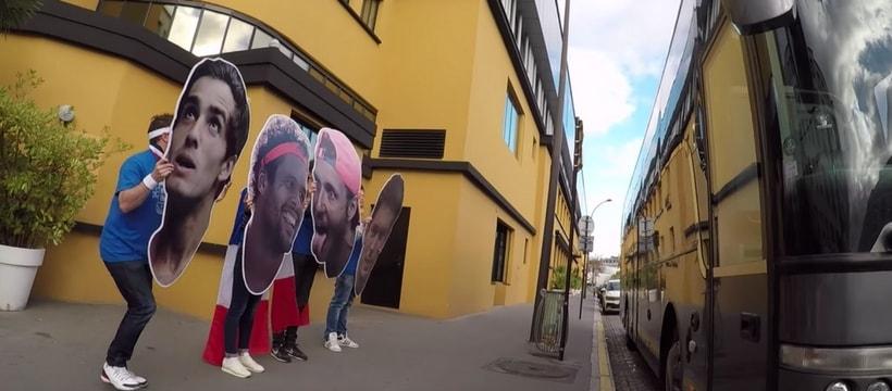 fans de tennis devant le bus de lequipe de france