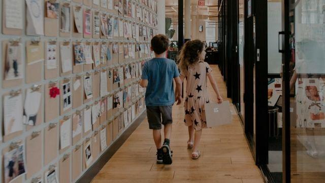 Des enfants se baladant dans des couloirs
