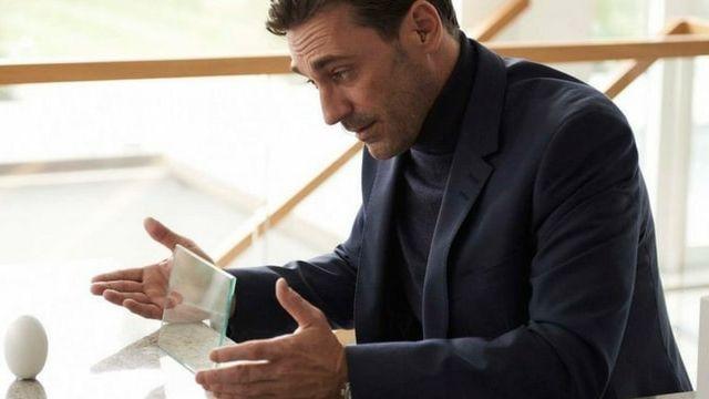Un homme parlant à un assistant vocal, dans la série télévisée Black Mirror