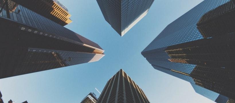 building qui forment une croix dans le ciel