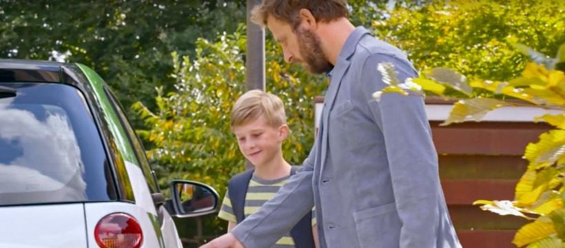 pere et son fils faisant le plein