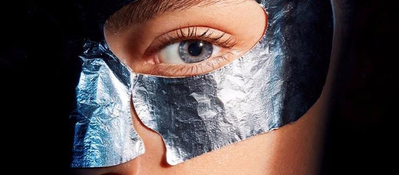 une femme avec un masque hydratant technologique
