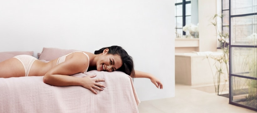 femme allongee sur un lit