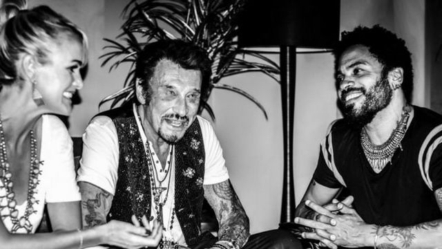 Johnny Hallyday assis avec Lenny Kravitz