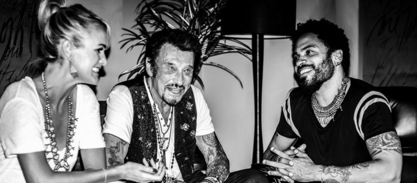 Johnny Hallyday assis avec Lenny Kravitz