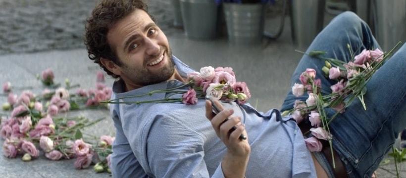 homme par terre avec des fleurs