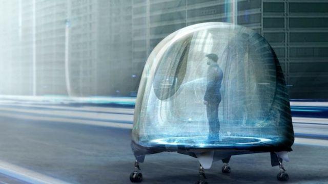 homme dans une capsule roulante