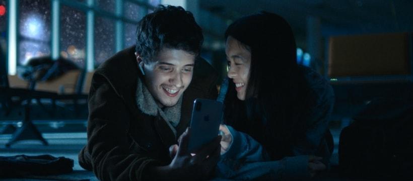 deux jeunes devant un telephone