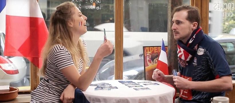 supporters de lequipe de france de handball dans un cafe