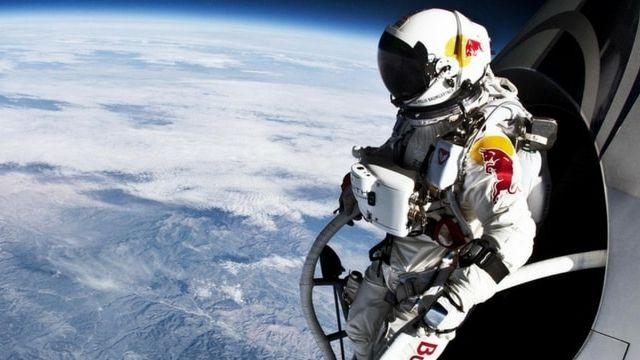 homme pret a sauter pour redescendre vers la terre