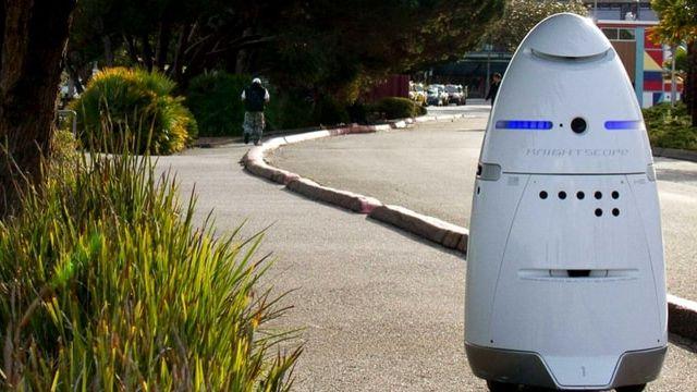 un robot dans la ville
