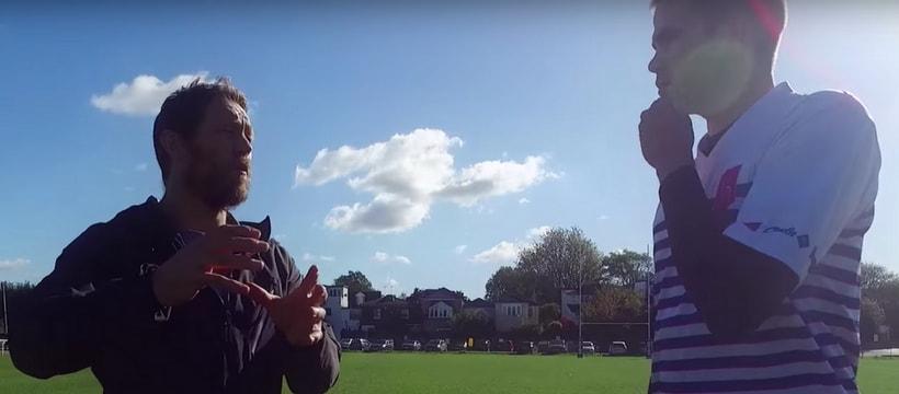 Wilkinsson donne des conseils a un joueur breton