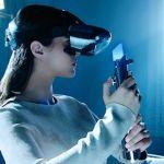 femme avec un casque de realite augmentee et un sabre laser