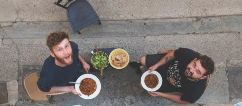 deux hommes en train de manger