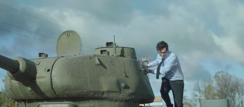 homme sortant dun tank