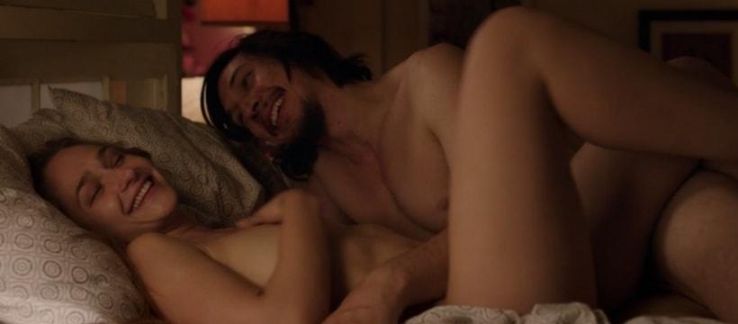 deux jeunes dans un lit