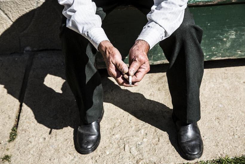 homme et cigarette, Albac en Roumanie