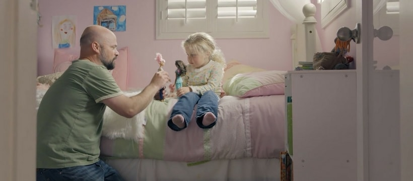 Extrait d'une publicité Barbie dans laquelle un père joue à la poupée avec sa fille