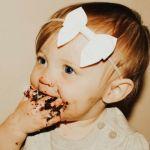 bebe qui mange du chocolat