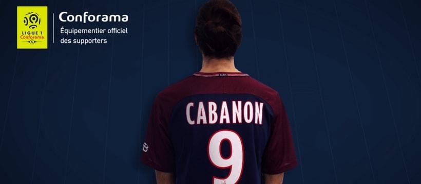 personne avec un maillot du PSG mal orthographie sur le dos