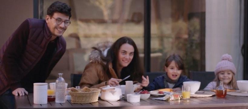famille qui prend le petit dejeuner en terrasse