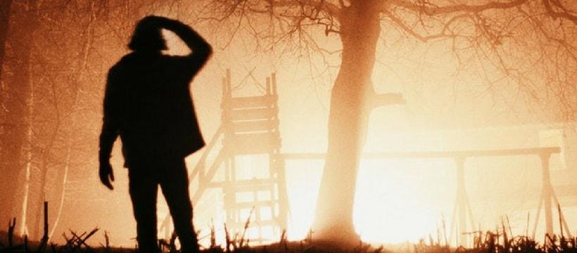 homme devant une foret en feu